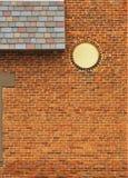 Tegelstenvägg med singlar och cirkeln Arkivfoto