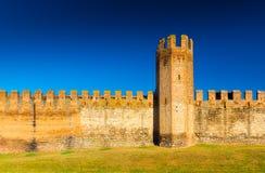 Tegelstenvägg med tornet Medeltida italienare walled stad Royaltyfria Bilder