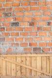 Tegelstenvägg med träasken Fotografering för Bildbyråer