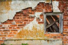 Tegelstenvägg med träfönstret Arkivfoton