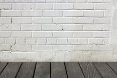 Tegelstenvägg med trägolvet Royaltyfri Bild