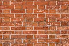 Tegelstenvägg med väntecken royaltyfri foto