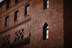 Tegelstenvägg och fönster arkivbilder