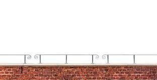 Tegelstenvägg och räcke som isoleras på vit bakgrund royaltyfria bilder