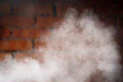 Tegelstenvägg och rökbakgrund Arkivbild
