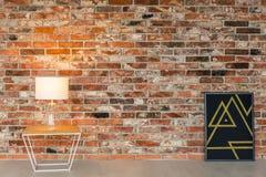 Tegelstenvägg och sidotabell arkivbilder