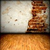 Tegelstenvägg och trägolv Arkivfoto