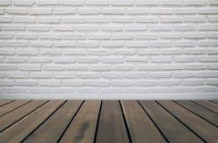 Tegelstenvägg och trägolv Arkivbilder