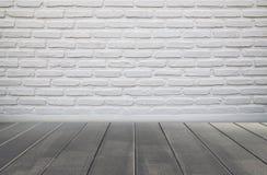 Tegelstenvägg och trägolv Fotografering för Bildbyråer