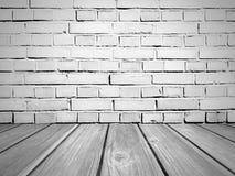 Tegelstenvägg och trägolv gammal lokaltappning Fotografering för Bildbyråer