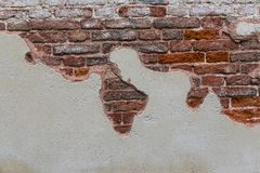 Tegelstenvägg som bläddrar gatan Tegelsten texturerar fotografering för bildbyråer