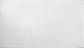Tegelstenvägg som målas med vit målarfärg Royaltyfria Bilder