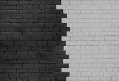 Tegelstenvägg som säras på mörker- och ljussidor arkivbild