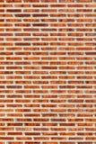 Tegelstenvägg som ses från att belägga med tegel som är grovt, i röd svartvit sänka arkivbild