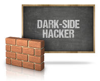 Tegelstenvägg vid svart tavla med Mörker-sida en hackertext Royaltyfri Bild