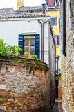 Tegelstenväggar mellan byggnader till och med staden av Venedig i Italien royaltyfri foto