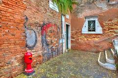 Tegelstenväggar och liten borggård i Venedig, Italien. royaltyfri foto