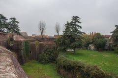 Tegelstenväggar och vallgrav runt om den Medici fästningen av Santa Barbara Pistoia tuscany italy royaltyfri foto