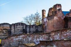Tegelstenväggar på den kungliga domstolen av Targoviste, Rumänien arkivbilder