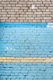 Tegelstenväggen målas inte fullständigt med blåttmålarfärg En ovanlig bakgrund Texturen av stenmurverket Royaltyfria Bilder