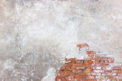 Tegelstenväggen med skadad murbruk, bakgrund splittrade cementsur Royaltyfria Foton