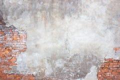 Tegelstenväggen med skadad murbruk, bakgrund splittrade cementsur Arkivbild