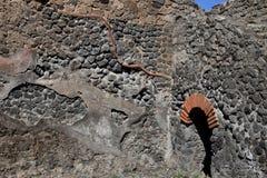 Tegelstenvalvgång och stenvägg, Pompeii arkeologisk plats, nr Mount Vesuvius, Italien Fotografering för Bildbyråer