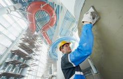 Tegelzetters bij industriële vloer het betegelen vernieuwing Stock Fotografie