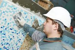 Tegelzetters bij industriële vloer het betegelen vernieuwing Stock Afbeeldingen