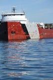 Tegemoetkomend dicht geschoten van vrachtschip die haven in Meer Superieur Minnesota verlaten Stock Foto