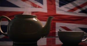 Tegen de achtergrond van de Engelse vlag gebrouwen thee stock footage