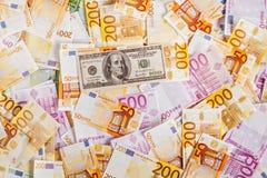Tegen de achtergrond van euro geld is de rekening $-100 Stock Fotografie