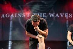Tegen de band van de Golvenmuziek presteer in overleg bij de muziekfestival van het Download zware metaal stock foto's