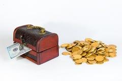 Tegen de dollar en de gouden muntstukken op een witte achtergrond royalty-vrije stock foto