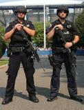 Tegen het terrorismeambtenaren die van NYPD veiligheid verstrekken Stock Foto's
