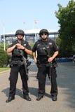 Tegen het terrorismeambtenaren die van NYPD veiligheid verstrekken Stock Afbeeldingen
