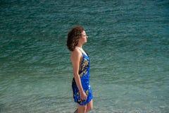 Tegen licht van een donkerbruin meisje met bruin die haar in een bergmeer wordt bewogen royalty-vrije stock afbeeldingen
