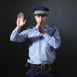 Tegen te houden gesturing van de politieagent. Stock Afbeeldingen