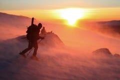 Tegen wind op zonsondergang Stock Foto's