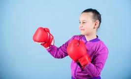 Tegendeel aan stereotype Bokserkind in bokshandschoenen Zekere tiener Plezier van sport Vrouwelijke bokser Sport stock foto's