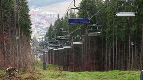 Tegengehouden skiliften in de herfst in de bergen stock videobeelden