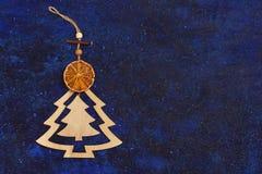Tegenhanger van de Kerstmis de houten boom en een plak van droge sinaasappel op dar Royalty-vrije Stock Fotografie