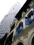 Tegenover elkaar stellende gebouwen in oude en nieuwe architectuur de van Singapore, Royalty-vrije Stock Afbeeldingen