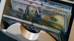 In tegenovergestelde richting geautomatiseerd berekent geldbankbiljetten bij een bank stock footage