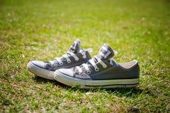 Tegenovergestelde tennisschoenen Royalty-vrije Stock Foto