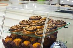 Tegenpatisserie met cakesclose-up Stock Afbeelding
