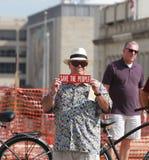 Tegenprotestor bij een Verzameling om Onze Grenzen te beveiligen Stock Fotografie