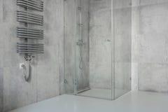 Tegole di cemento armato in bagno moderno e spazioso immagini stock libere da diritti