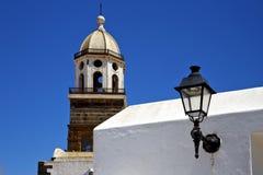 Teguis Ισπανία ο πύργος κουδουνιών εκκλησιών πεζουλιών μέσα Στοκ φωτογραφία με δικαίωμα ελεύθερης χρήσης