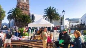 Teguise, Lanzarote wyspa, wyspy kanaryjskie Hiszpania, Dec, - 16, 2018: Ludzie chodzi rzut Wielki tradycyjny rynek na Niedzieli zbiory